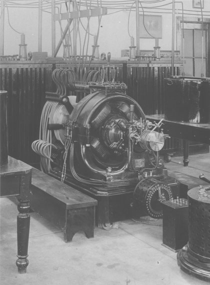 Figure 39. Apparatus furnishing direct currents of high tension, producing undamped electrical oscillations of high frequency. (This is also shown in [Fig. 27]). Apparatus built in 1895.