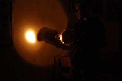 Taschenlampe strahlt Spiegel an
