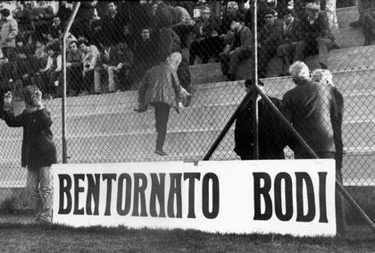 I tifosi salutano il ritorno in panchina di Bodi, al posto dell'esonerato Sacco