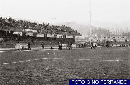81': Ottonello e la squadra festeggiano il gol coi tifosi imperiesi