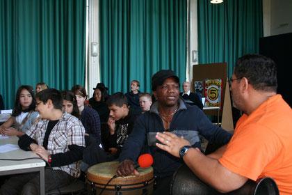 Nicht nur unsere Schüler lieferten musikalische Beiträge: Ein Hörgenuss waren die von afrikanischer Trommel belgeiteten Lieder der Berliner Schüler!
