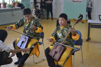 ... wurden auch musikalische Beitraege mit Hilfe von Pferedekopfgeigen dargeboten ...