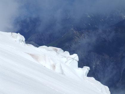 Formaciones de hielo llamadas '' Seracs'' que en otras épocas alcanzan gigantescas dimenciones, al fondo se aprecia la sierra de Santo Domingo. fot. A. Núñez.
