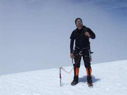 Javier Núñez . Guía de ''Trekan adventure'' una vez más en la cumbre de nuestro querido Volcán Osorno fot. A. Núñez.