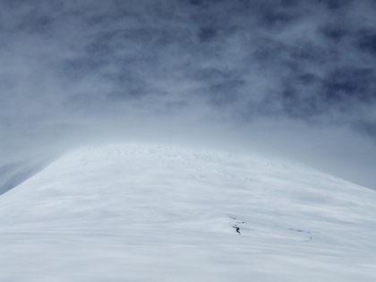 Vista de la cumbre desde la ruta; Se puede apreciar como es costumbre un violento cambio de condiciones climáticas, que suelen sorprender a los que no tienen la preparación ni la experiencia que se necesita en montaña.Gigantescas grietas a la derecha.
