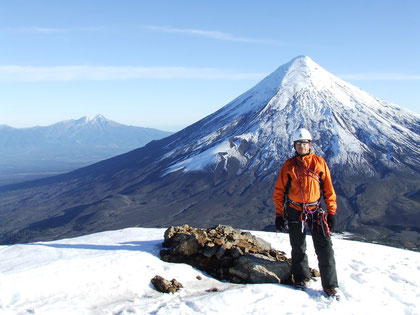 Alonso N. director de ''Trekan'' en la cumbre de La Picada o Caulle en mapudungun,leng.originaria sig.''gaviota'' al fondo el majestuoso volcán Osorno,y más atrás el volcán Calbuco. fot. j.núñez