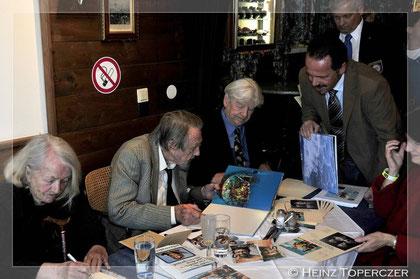 Hans Hass besichtet und signiert mein Fotobuch