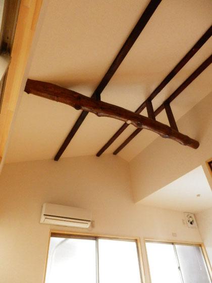 天井を剥がして出てきた、立派な梁を活かしました