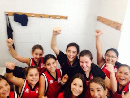 Les noies del mini femení celebrant la seva victòria! A un tweet, la Laura Baldoví les va felicitar!