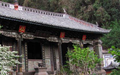 """Temple """"de la brume de la pureté"""" datant du 12ème siècle situé a 2600 m. d'altitude au sommet du Mont WeiBao; Lieux originel des maitres ancestraux taoistes de l'école de Long Men et de l'école Wu Qi Men"""