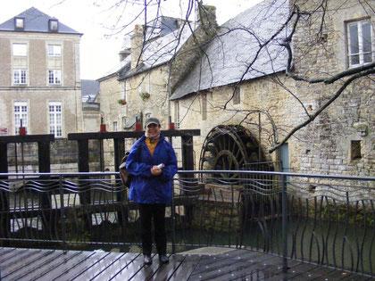 """L a nostra presidentessa Grazia Pacella a Bayeux durante le riprese del documentario """"D-Day, noi italiani c'eravamo"""""""