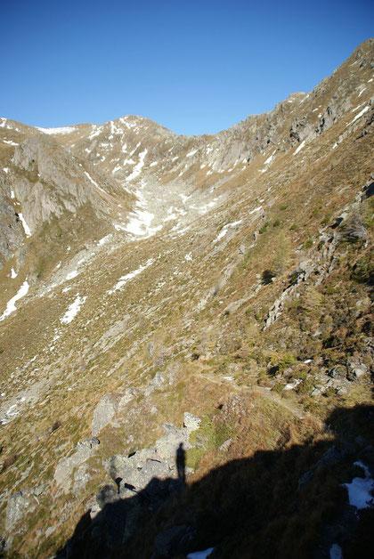 Der Blick zurück ins kleine Hochtal durch welches der Steig aufwärts führt