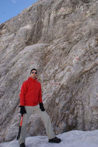 An diesem Felsen im Zungenbereich  nahm die Schneehöhe seit Ende Mai 2009 um über 12m ab