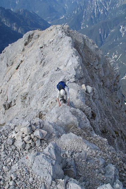 Am Grat geht es teils sehr ausgesetzt die letzten Meter zum Gipfel