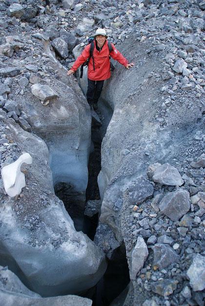 Einer der mächtigen Schmelzwasserkanäle im östlichen Gletscherteil