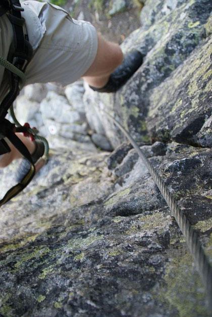 Erster steiler und kraftraubender Aufschwung im Klettersteig