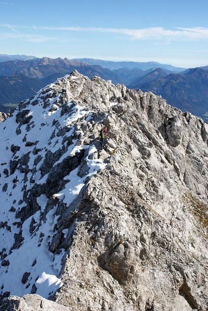 Abstieg über den schmalen Grat, links herrscht Mitte Oktober 2012 Winter, rechts noch Sommer, im Hintergrund wieder die Latschurgruppe