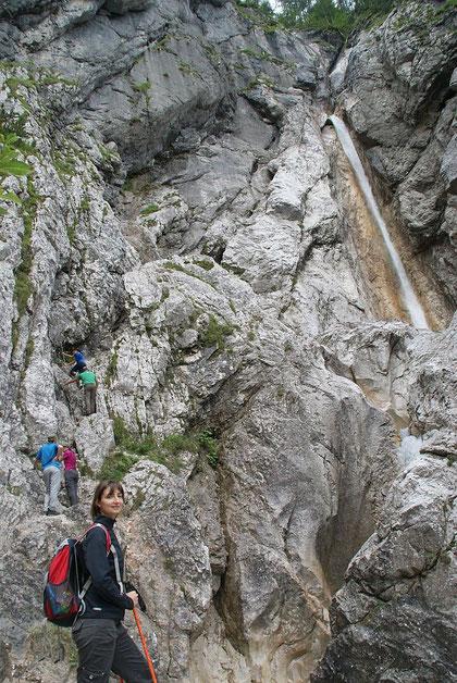 Blick hinauf zum 2. Wasserfall, der versichtere Steig führt am linken Bildrand aufwärts
