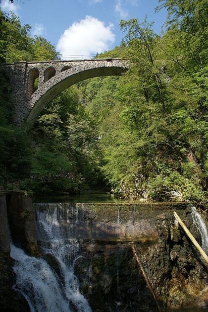 Eine alte Eisenbahnbrücke über die Klamm bietet ein schönes Fotomotiv
