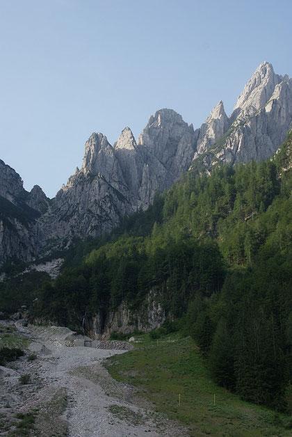 Blick hinauf vom Ausgangspunkt zur Forc. alta di Ponte di Muro (links)