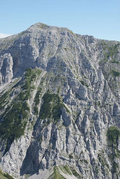 Die Aufstiegsroute auf den Hochturm von der Loibler Baba aus aufgenommen; teilweise kann man den Steig erkennen (Bildmitte)