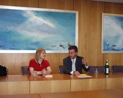 Bei einer Lesung im Gespräch mit dem baden-württembergischen Ministerpräsidenten Günther H. Oettinger.