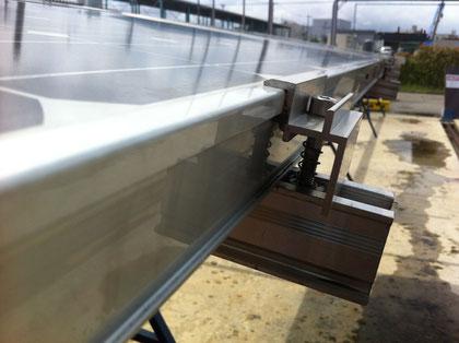 ソーラーパネルを固定するコネクタ こちらも羽根+溝でがっちり固定