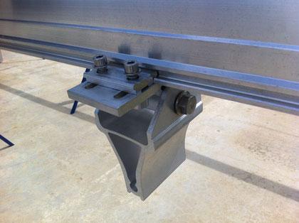支柱との接合コネクタ 羽根が仕込んでありルーズになっている為、調整が可能です。