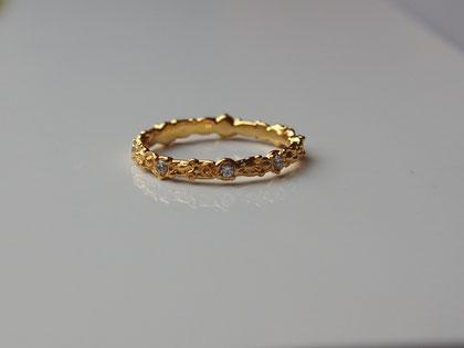 こちらは、T様が選ばれたK18のCLASブライダルリング。ダイヤの数や位置も選んで作ることができます。例えば、10粒のダイヤモンドをリング一周にあえて不均等にセットする、なんて事も可能です。