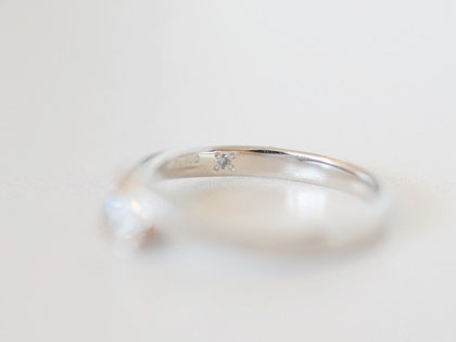 婚約指輪の内側にも小さなブルーダイヤが留めてあります