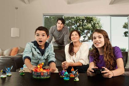 """Grinsende Gesichter beim """"Skylanders""""-Zock: Mit solchen Promo-Shots bewirbt Activision seinen Spiel/Spielzeug-Hybriden """"Skylanders"""". Und tatsächlich: Das Konzept geht auf und motiviert zur hemmungslosen Figuren-Sammelei."""