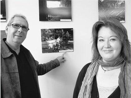 Ein Blick – auch für unschöne – Motive: Fotograf Burkhard Stahn und Christina Walter vom Haus unter der Linden vor der Fotogalerie. FOTO: SINA WOLGRAMM