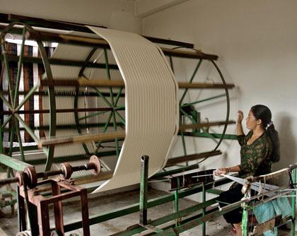 Manufaktur in Nepal: Vorbereitung des Garns für den Webvorgang