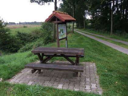 Auch für eine kleine Pause gut. Die Sitzgelegenheiten von ,,Südliches Ostfriesland,, (hier im Meedeweg an der Brücke)