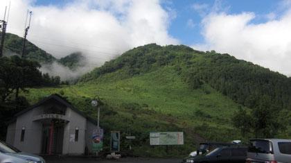 翌朝は青空が。ゲレンデ斜面を登る。