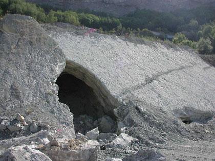 """Detail aus Bild links: Höhlen als Überreste des ehemaligen Untertage-Abbaus im """"Oberer Zementmergel"""" (Photo Heyng, September 2003)"""