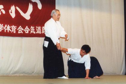 一教 手首の取り方を示される小林裕和師範