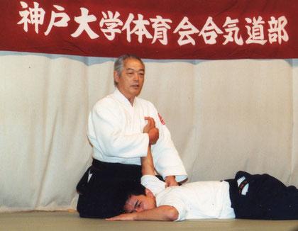 三教 受けの手掌を胸に当てる小林裕和師範 右手の合わせ方に注目
