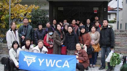 仙台YWCA会館の前で