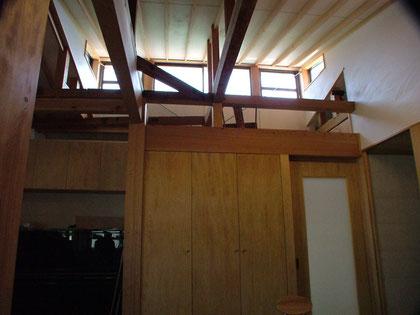 既設の天井を撤去して天井を屋根なりにして高窓から陽を取り込みます。