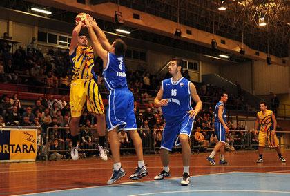 Mirko Cavallaro in sospensione contro Fevola (foto Daniele Piedinovi)