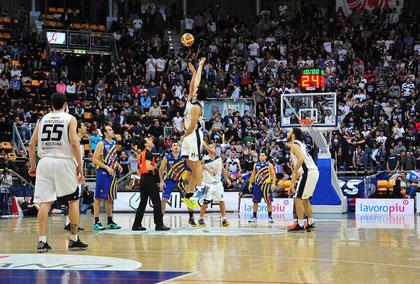 Il salto a due al palaDozza, sullo sfondo la FdL (sembra una partita di EuroLega - foto Daniele Piedinovi)