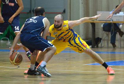 """Del Sorbo aggressivo su Vallini (foto Daniele Piedinovi). La guardia genovese """"stacca"""" una prestazione da 20 punti, 13 rimbalzi, 8 assist e 40 di valutazione"""