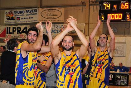 I giocatori ringraziano i tifosi (foto Daniele Piedinovi)