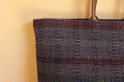 裂き織り。シルクオーガンジーを細き裂いて撚りをかけた裂き糸を使って織っています。