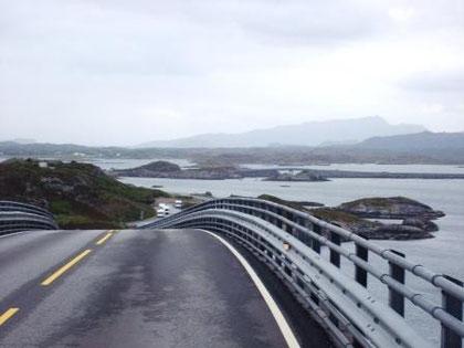 Eine der vielen Brücken auf Averoy