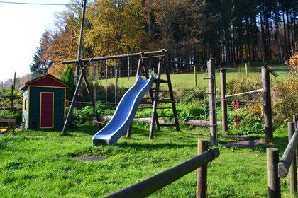 Der Spielplatz hinter dem Haus bietet auch den kleinen Gästen Spaß!