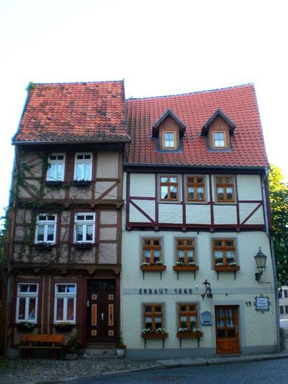 1660年に建てられた木組みの家(右)
