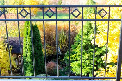 Direkter Blick vom Südbalkon in den Garten.