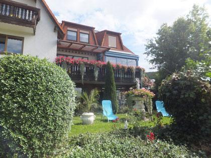 Oberer Garten mit sonniger Liegewiese und schönen Goldfischteich.